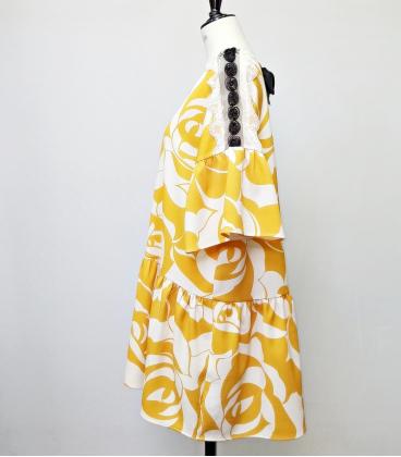 Vestido amarillo mostaza con flores blancas